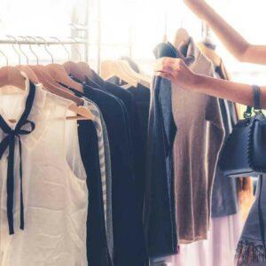 Klamotten haengen an Kleiderstange
